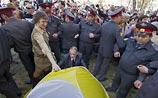 Установить палатки в Астрахани помешали не залитые мэрией газоны, а полицейские