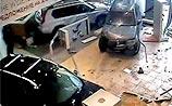 Разозленный гинеколог на внедорожнике устроил погром в автосалоне (ВИДЕО)