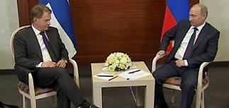 """Путин пошутил про падающий рубль и """"заставил"""" финского коллегу """"изменить родине"""""""