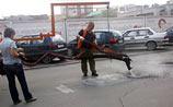Подействовало: службы ЖКХ спешно латают дыры с шаржами на властей (ФОТО)