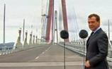 """Медведев в Приморье: """"дыба"""" за смытую трассу к АТЭС и поспешная укладка травы в рулонах"""