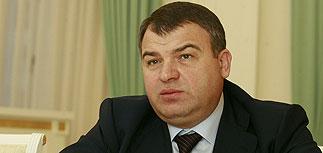 СК добрался с обысками до коттеджа Сердюкова, его подруга под домашним арестом