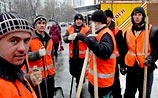 Таджики в московский снегопад объявили забастовку: им не платят полгода