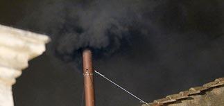 Черный дым из трубы капеллы: 266-го Папу пока не выбрали