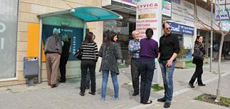 Киприоты чувствуют бытовые признаки кризиса: мало наличности, кончается бензин
