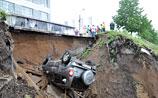 Ливень в Ярославле вызвал транспортный кошмар. Машина провалилась с грунтом (ВИДЕО)