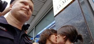 """""""Антигейский закон"""" одобрен Госдумой заодно с законом о защите чувств верующих"""