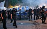 Протесты в Турции охватили десяток городов. Бунтарей смывают водометами
