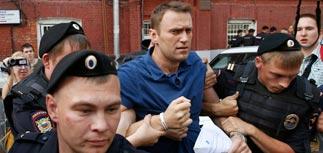 Навальный с шумом сдал подписи в избирком и посидел в автозаке