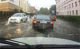 Плавающая маршрутка и запертые на работе люди: в Москве прошел дождь