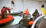Российские пограничники взяли штурмом сбежавшее от них судно Greenpeace