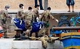 Сотни беженцев потерпели крушение у Лампедузы. Их спасают с воздуха, считая трупы