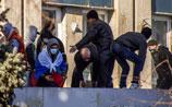 Митингующих у здания СБУ в Луганске стало больше, несмотря на угрозу штурма