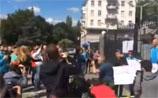 У посольства России в Киеве митинг - перевернули машины дипломатов, побили окна, сорвали флаг