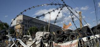 Взрывы и стрельба в Луганске, растет число раненых