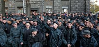 """""""Дембель!"""": солдаты Нацгвардии устроили акцию протеста у администрации Порошенко"""