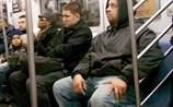 В Нью-Йорке начали арестовывать мужчин, которые раскидывают ноги в метро (ФОТО)