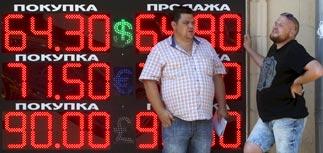 Падающая цена на нефть продолжает обваливать рубль
