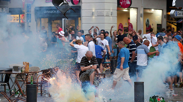 В день открытия Евро-2016 российские и английские фанаты устроили беспорядки