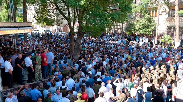 В Абхазии после штурма активистами  здания МВД министра отстранили от работы