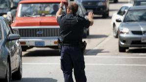 Подозреваемый в изнасиловании мужчина удерживает заложников в Балтиморе