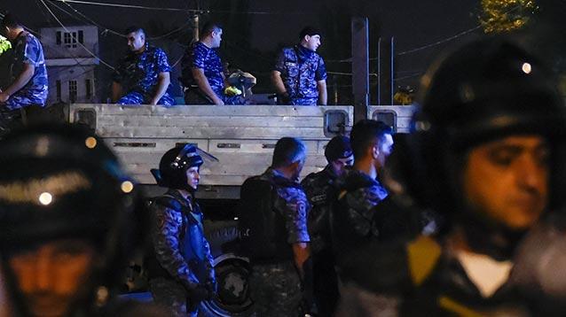 Полиция применила шумовые гранаты во время столкновений с оппозицией в центре Еревана