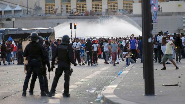 Полиция в Париже применила слезоточивый газ против болельщиков возле фан-зоны