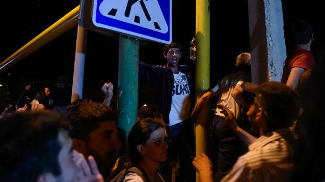 Митингующие в Ереване перекрыли проспект с правительственными зданиями