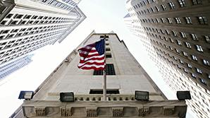 ФРС впервые за год подняла базовую ставку