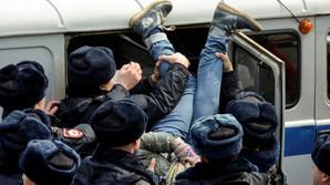 """Минобр: школьников """"втягивать"""" в политику незаконно. Именно они стали лицом акций 26 марта"""