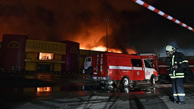 """Ущерб от мега-пожара на строительном рынке """"Синдика"""" оценили в миллиарды рублей"""