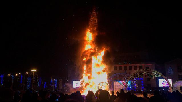 """""""Раз, два, три..."""": в Южно-Сахалинске под бодрую музыку сгорела главная городская елка"""