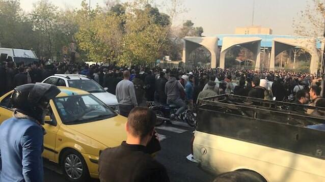"""Власти Ирана грозят протестующим """"железным кулаком"""""""