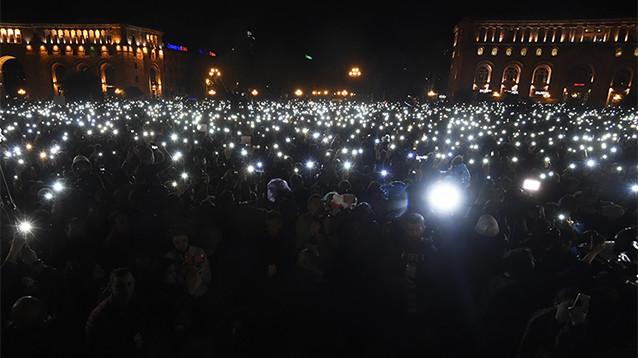 На митинг в центре Еревана вышли 160 тысяч человек