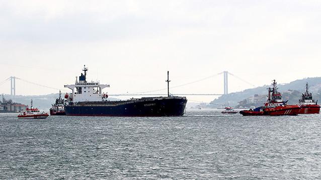 В Босфоре вставший поперек пролива танкер снес исторический особняк. ВИДЕО