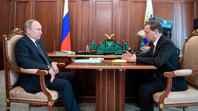 """На фоне обвала рубля Медведев доложил Путину об """"абсолютно стабильной"""" экономике России"""