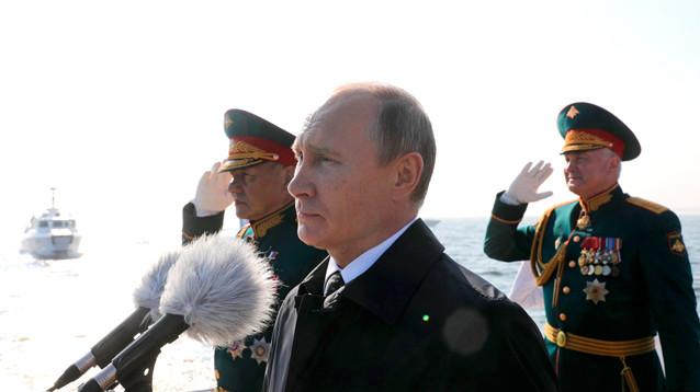 Путин принял главный военно-морской парад в Санкт-Петербурге