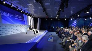 """""""Только после Вас"""": россияне не спешат в обещанный Путиным рай. Уважая старших, уступают ему дорогу"""