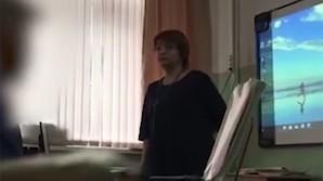 На Сахалине уволилась учительница, перед всем классом назвавшая школьницу неадекватной и приемной из-за дырки на кофте (ВИДЕО)