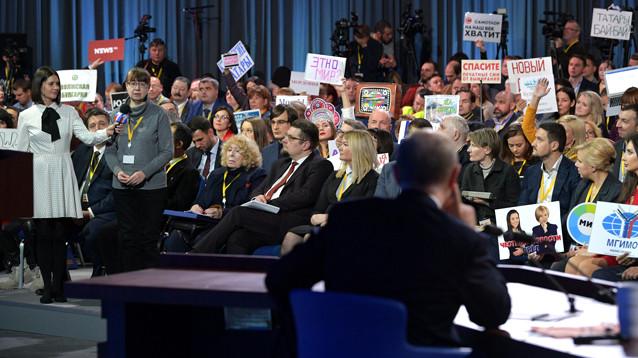 Большая пресс-конференция Путина в День чекиста: журналисты привлекали внимание президента необычными нарядами
