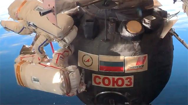 """Космонавты вышли в открытый космос, чтобы найти разгадку отверстия в корпусе """"Союза"""""""