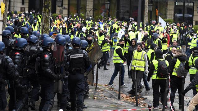 """Власти Франции после трехнедельного буйства """"желтых жилетов"""" вводят мораторий на рост цен на топливо"""