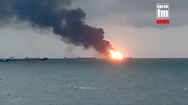 В Керченском проливе загорелись два судна-газовоза. 14 моряков погибли