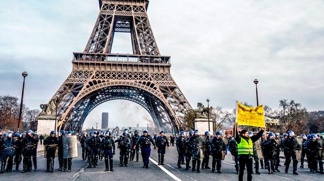 """В Париже полиция усилила меры безопасности из-за протестов  """"желтых жилетов"""""""