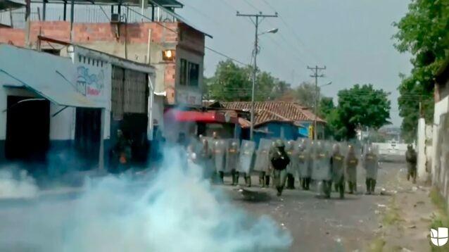 Венесуэльские военные забросали гранатами со слезоточивым газом пришедших за гумпомощью людей (ВИДЕО)