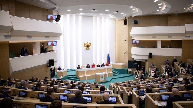 """Совфед одобрил """"продуманный"""" закон о """"фейках"""" и баны за оскорбление власти"""