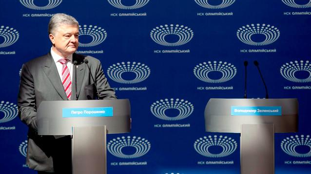Порошенко выступил на стадионе, его соперник на дебаты не явился