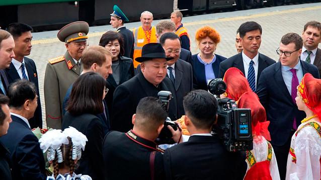 Ким Чен Ын впервые ступил на российскую землю и удивил добродушием: не побрезговал караваем и снизошел до журналистов (ВИДЕО)