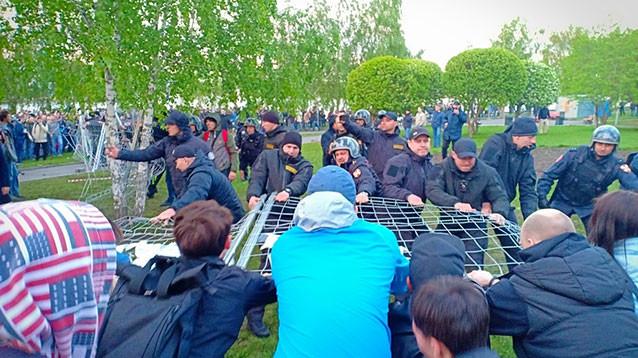 """Екатеринбуржцев, протестовавших против  храма, вызывают в ФСБ для """" беседы"""""""