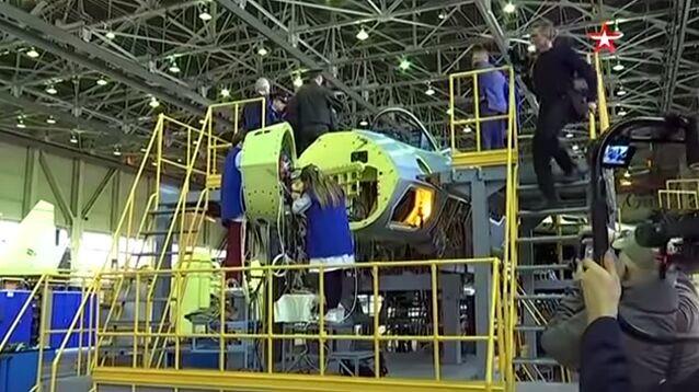 Обнародовано ВИДЕО конвейерной сборки первого серийного истребителя пятого поколения Су-57